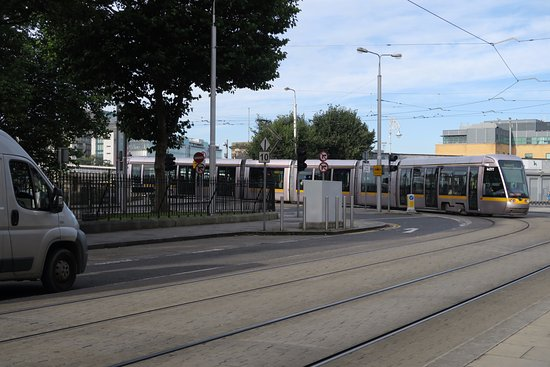 Ashling Hotel: Tram approaching. I am right in front of the hotel.