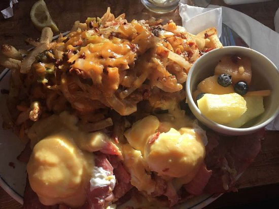Orangeville, Kanada: Montreal Smoked Meat Benny and Loaded Home Fries
