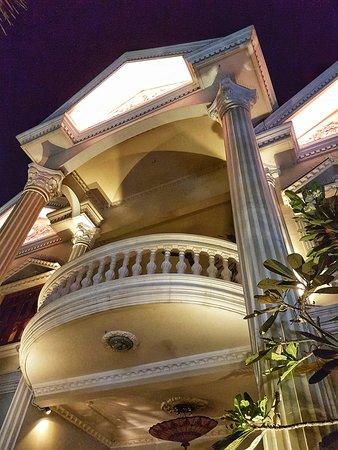 The Villa Paradiso: Beautiful main building.
