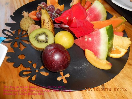 Old Thatch Lodge: A selection of fruits for breakfast