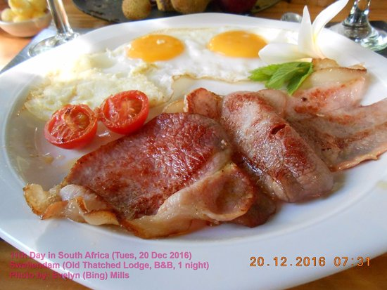 Old Thatch Lodge: A plateful of bacon, eggs and tomatoes