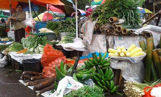 Fruitkraam op de markt van Tomohon