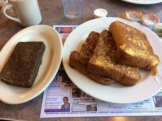 Wayne, Pensilvania: Delicious light and fluffy french toast and scrapple
