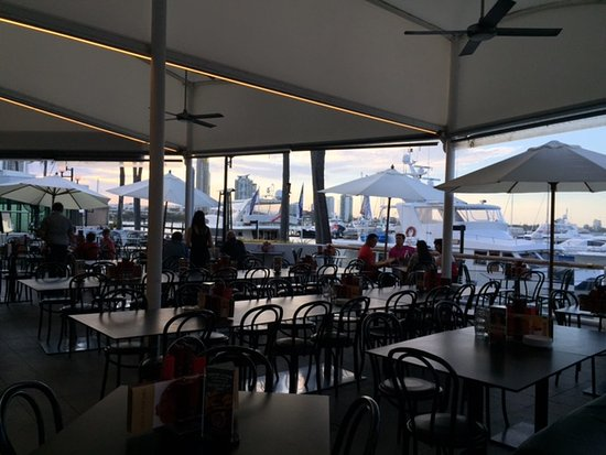 Ribs and Rumps Marina Mirage: Right on Marina - great atmosphere!