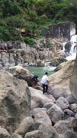 Calabarzon Region, Filippijnen: Locals taking a dip after school