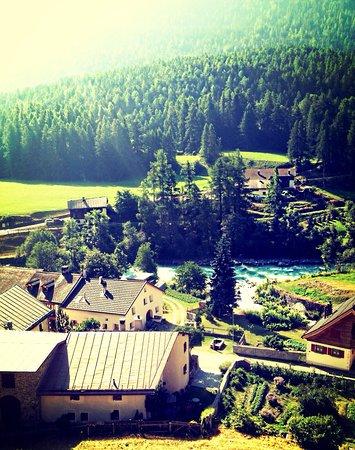Lavin, Switzerland: Wunderschöne Aussicht von der Terrasse.