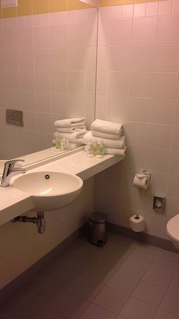 Pardubice, República Checa: Bathroom with good towels and shower.