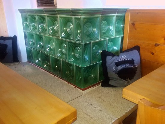 Nesselwaengle, Austria: Kamin in der Gaststube