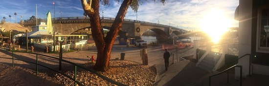 Lake Havasu City, AZ: It is interesting to see a place which has transported a full bridge from faraway London and mad