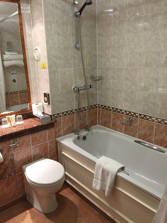 South Normanton, UK: Double bedroom and bathroom