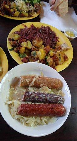 จอห์นสันซิตี, เทนเนสซี: brat platter with red cabbage and fried potatoes
