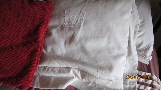 Keel Lodge Bed & Breakfast: Creased bedding
