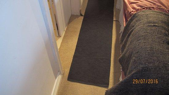 Ballinrobe, Irlanda: Table runner over carpet join