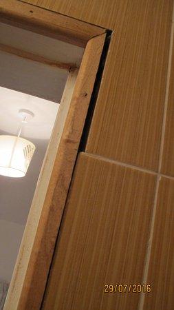 Ballinrobe, Irlanda: Unfinished tiling in bathroom, no architrave