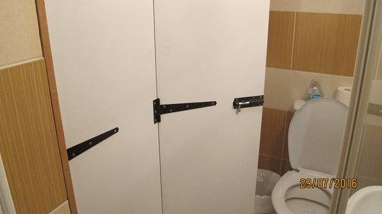 Keel Lodge Bed & Breakfast: Home made, wobbly folding bathroom door
