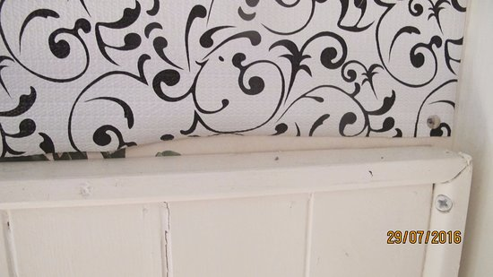 Ballinrobe, Ireland: Wallpaper held on with drawing pins! It did not even reach the bedhead!