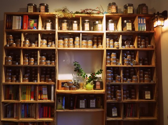 Berwick, Καναδάς: The inviting display of teas and books next to the comfy couch