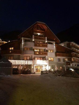 Alpenhof Hotel: Night view