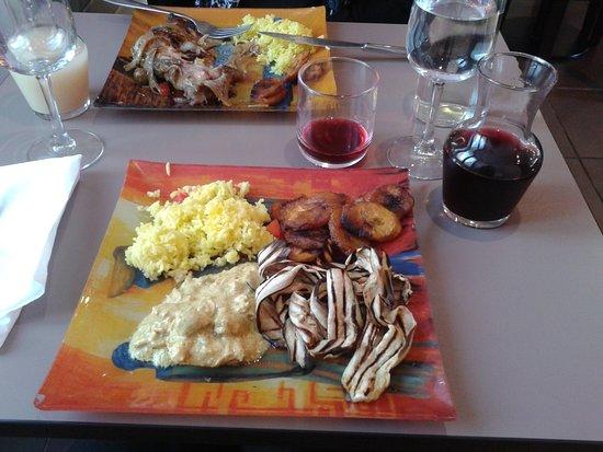 Arcueil, ฝรั่งเศส: Buffet avec bananes, riz, poulet curry et aubergines