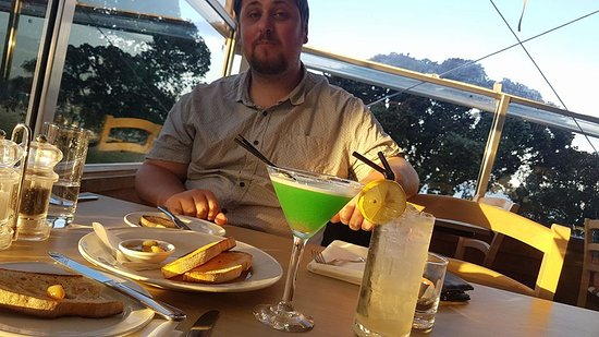 Papamoa, Новая Зеландия: sat having starters with our cocktails :)