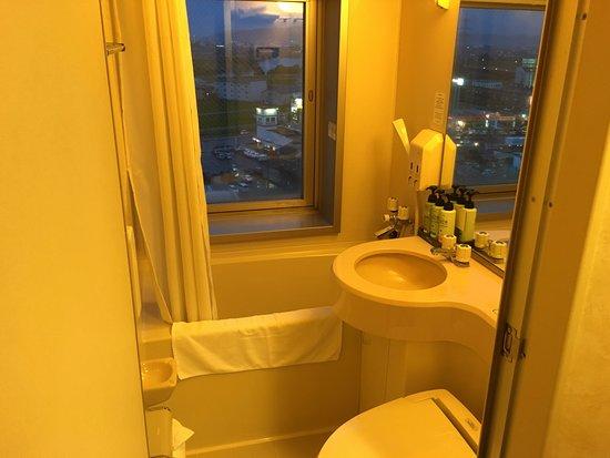 Sanjo, Japón: ビジネスホテルにしては珍しい、窓があるバスルーム。