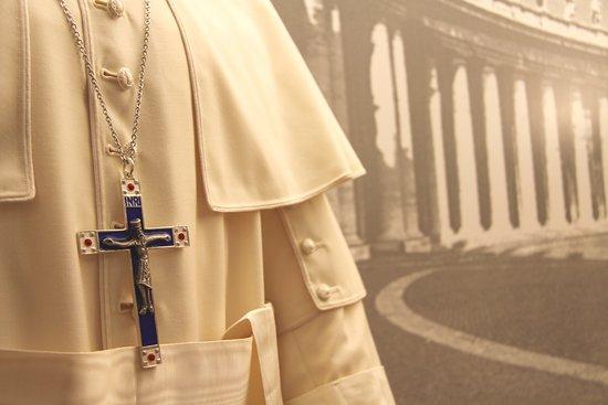 Museo Albino Luciani - MUSAL: Un dettaglio di una teca del periodo del Pontificato