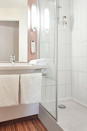 Salle De Bain Equipee Seche Cheveux Gel Douche Et Shampoing