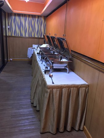 Palki Indian Cuisine: Buffet Lines for the group
