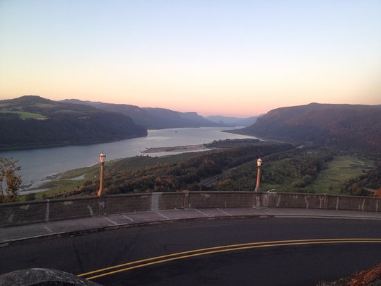 Corbett, Oregón: East View from Crown Point of the historic Columbia River Highway