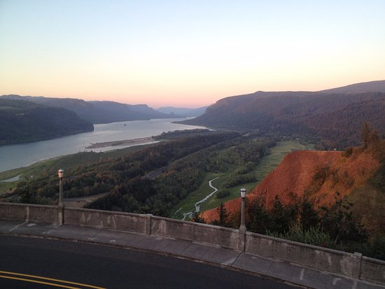 Corbett, Oregón: Easterly View from Crown Point of the historic Columbia River Highway