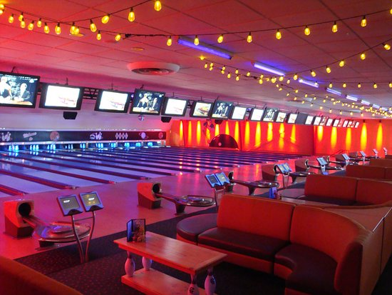 Hilliard, Οχάιο: Boutique bowling center with 16 lanes, couches, full menu and bar.