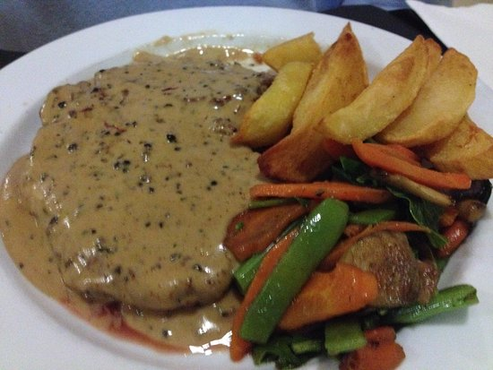 Bensafrim, Portogallo: The pepper steak - so tender with delicious hand cut chips!