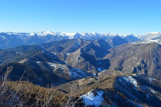 Caprauna, Italie : Panorama dal Monte della Guardia Valle Tanaro e laggiù la Francia
