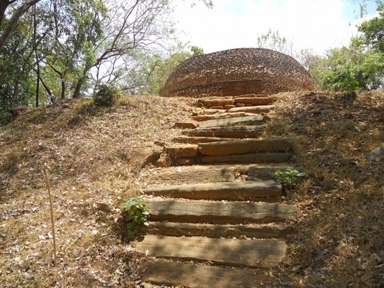 Nagadeepa Temple: Steps to old sthupa