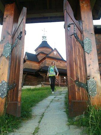 Церковь впечатляет, но и ворота не отстают.