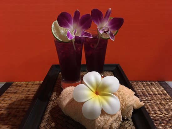 Nautilus Resort: Refreshing towels & welcome drink from butterfly pea flowers.