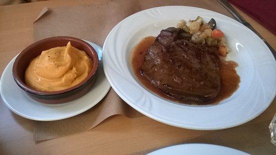 Fontenay-le-Comte, Francia: foie de veau accompagner de petite légumes variés et purée de patate douce