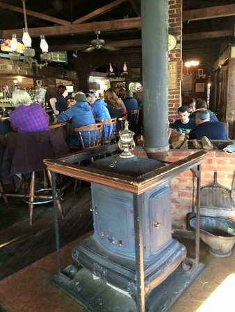Coventry, Коннектикут: Cozy up to the wood stove & enjoy some brew & wings!