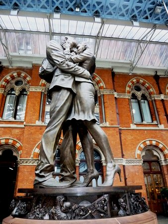 ‪The Meeting Place Statue, St. Pancras Station‬