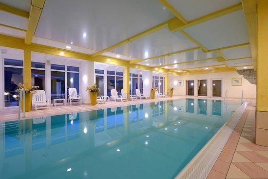 Die Gams Hotel Resort: Innenpool mit Panoramablick.