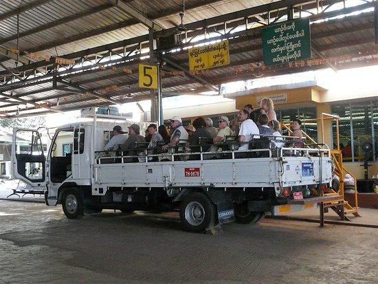 Kyaikto, Myanmar: Départ en camion vers le rocher d'or. L'ascension à pied est interdite
