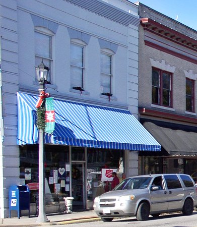 ‪‪Hertford‬, ‪North Carolina‬: Woodard's Pharmacy's blue awnings‬