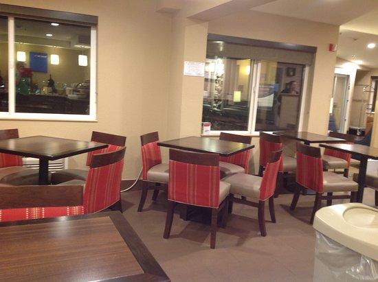 Roseburg, Oregon: Tables in breakfast area
