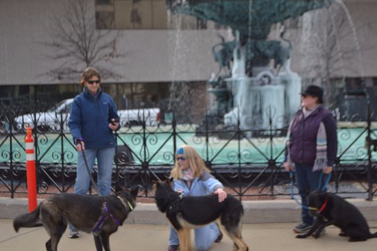 Court Square: Icy, pretty girls rest with GSR !