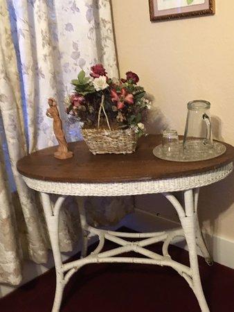 Bisbee Grand Hotel: Small table Garden Suite