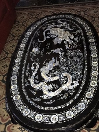 Bisbee Grand Hotel: Beautiful inlaid table in Oriental suite
