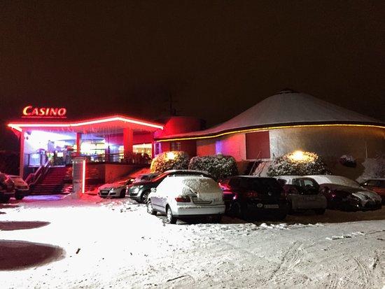 Delémont, Suíça: Le casino de nuit sous la neige.