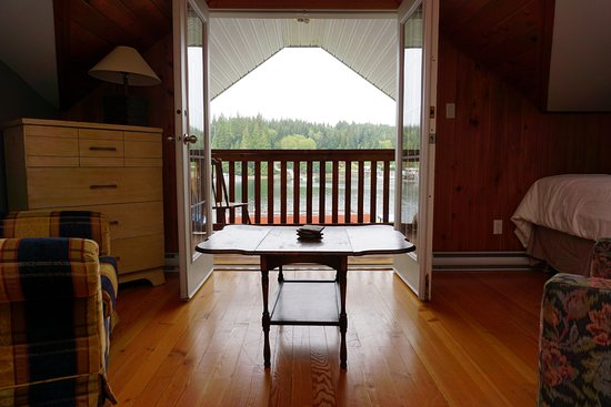 Bamfield, Canadá: View of deck from room
