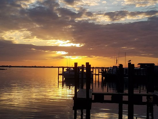 Morehead City, NC: We were just in time to see this sunset from the outdoor dinning area.