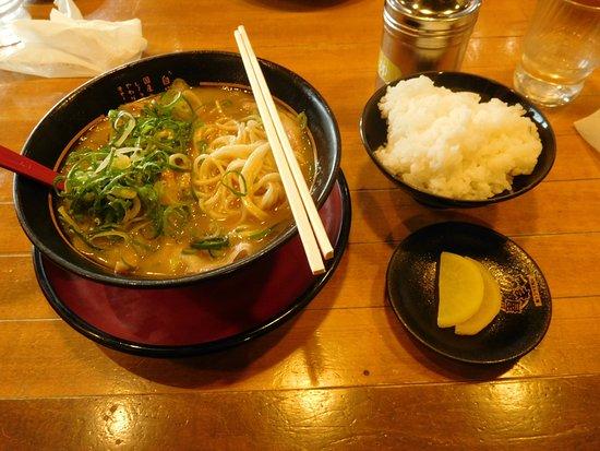 Hashima, Japonia: ララーメンとごはんと漬物。この後すぐに揚げたてのから揚げが来ました。
